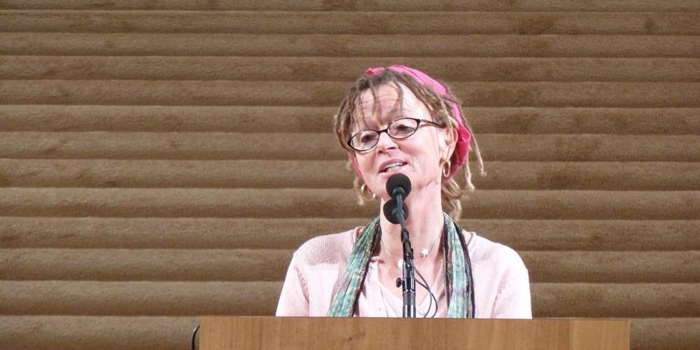 Blogartikel zum kreativen Schreiben - Bild zeigt die Autorin Anne Lamott am Podium