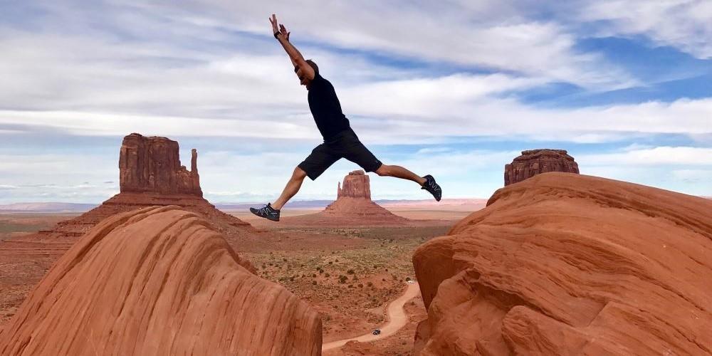 Blogbeitrag zum Thema Mut zur Lücke - Bild zeigt einen Mann beim Sprung über eine Felsspalte