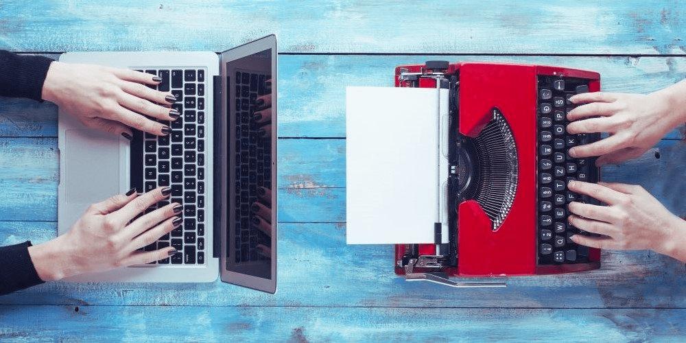 Webpage der Schreibtrainerin Christine Kämmer - Bild zeigt einen Laptop und eine Schreibmaschine sinnbildlich für ein Schreibcoaching.